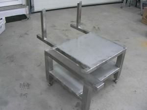 Ruostumattomasta teräksestä valmistettu laitepöytä.